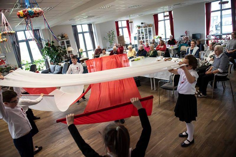 Patriotyczne przedstawienie dla seniorów na Campus Misericordie Wieliczka - Brzegi