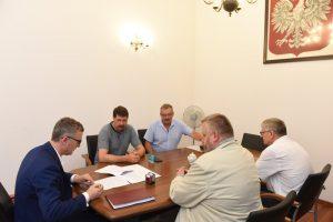 podpisanie umowy na budowę kanalizacji w Lednicy Górnej i Sułkowie z Artur Kozioł
