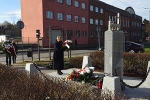 składanie kwiatów pod pomnikiem ofiar hitlerowskich w Wieliczce, Cecylia Radoń