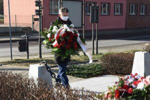 składanie kwiatów pod pomnikiem ofiar hitlerowskich w Wieliczce, Artur Kozioł