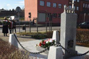 składanie kwiatów pod pomnikiem ofiar hitlerowskich w Wieliczce, Artur Kozioł, Magdalena Golonka, Cecylia Radoń