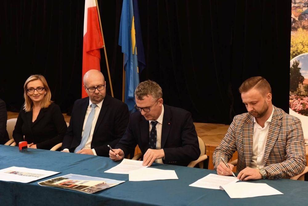 podpisanie umowy na rozbudowę szkoly podstawowej nr 3 w Wieliczce
